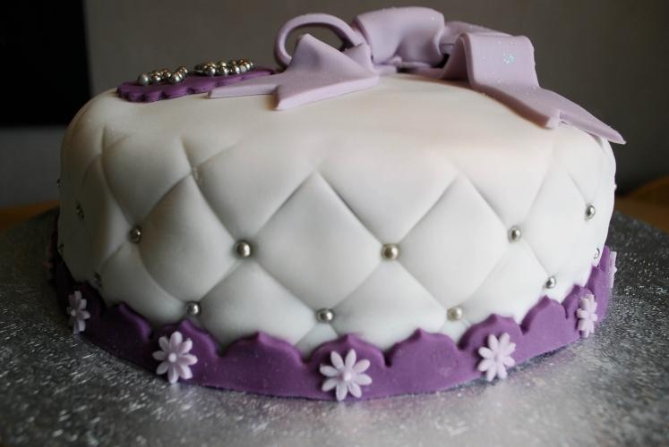 gâteau matelassé & son gros noeud parme pour un anniversaire gourmand